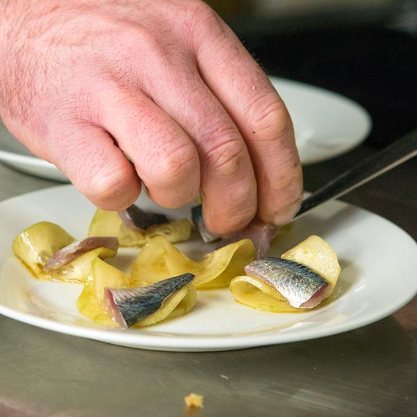 10. Sirve las sardinas, el pepino y la cebolleta con un toque de hierbabuena