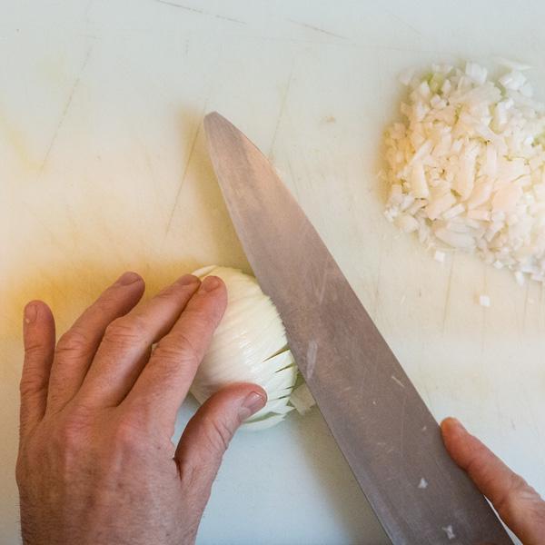 1. Corta la cebolla en brunoise