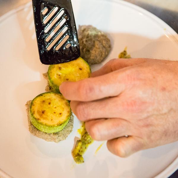 14. Sobre la base de la vinagreta, coloca los calabacines y el solomillo